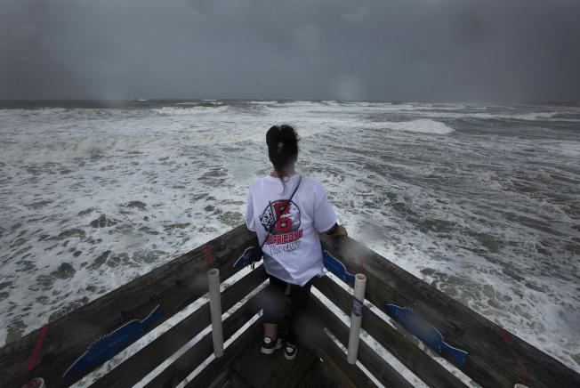 颶風「佛羅倫斯」13日威力減弱,但在北卡州外海滯留,造成沿海巨浪洶湧不退。 附近居民興起到海邊觀看浪潮。(美聯社)