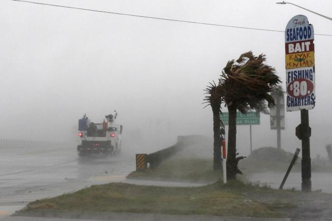 北卡沿海Swansboro地區13日下午已感受到颶風威力。(美聯社)