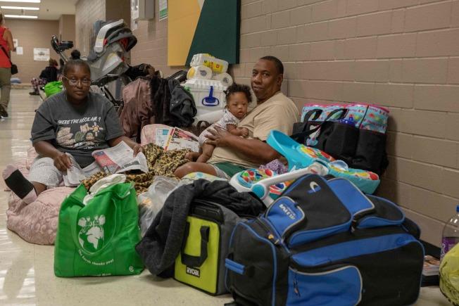 受到颶風影響,南卡沿海低窪地區大批居民撤離住家,被安排到內陸的臨時避難中心安頓。(Getty Images)