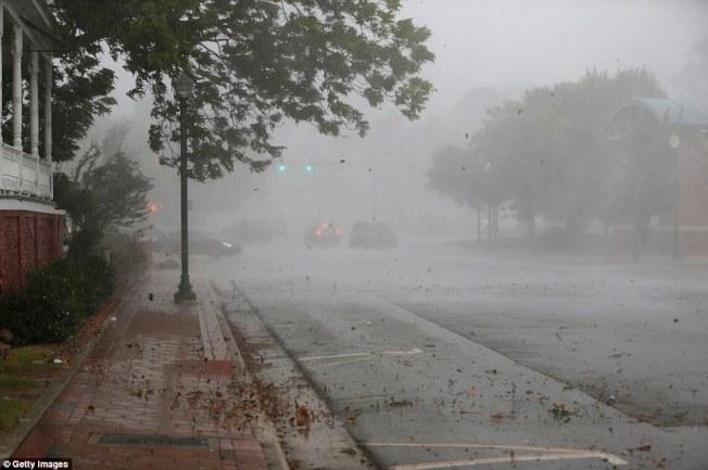 颶風「佛羅倫斯」雖未登陸,美東沿岸已見狂風巨浪。川普除嚴令防災,又因對波多黎各救災「非常成功」說法引爆新爭議。(Getty Images)