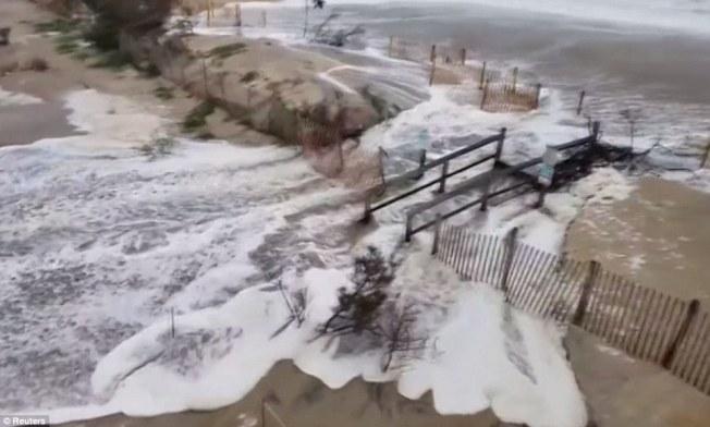 颶風「佛羅倫斯」雖未登陸,美東沿岸已見狂風巨浪,大浪且越過海堤衝向馬路。川普除嚴令防災,又因對波多黎各救災「非常成功」說法引爆新爭議。(路透)