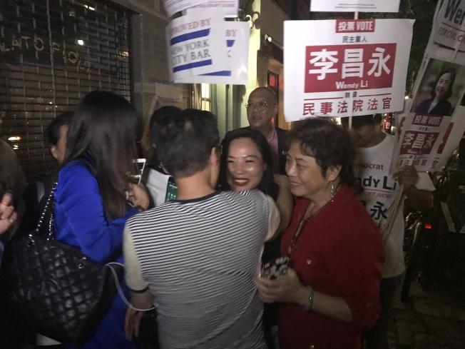 李昌永與支持者慶祝勝選。(記者和釗宇/攝影)