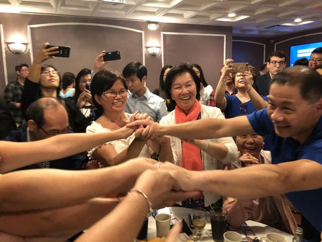 劉醇逸(右一)初選獲勝,開心接受支持者恭賀。(記者陳小寧╱攝影)