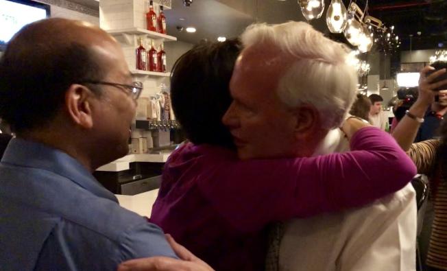 艾維樂在答謝宴現場與華裔支持者擁抱。(記者朱蕾/攝影)