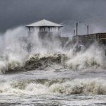 〈圖輯〉狂風、暴雨、巨浪齊襲 佛羅倫斯降級滯留 危險程度不減