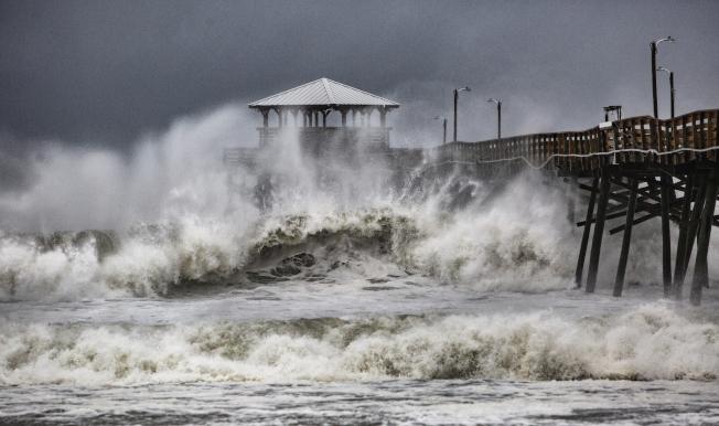 北卡州沿岸的驚濤駭浪,狂風時速超過100哩。(美聯社)
