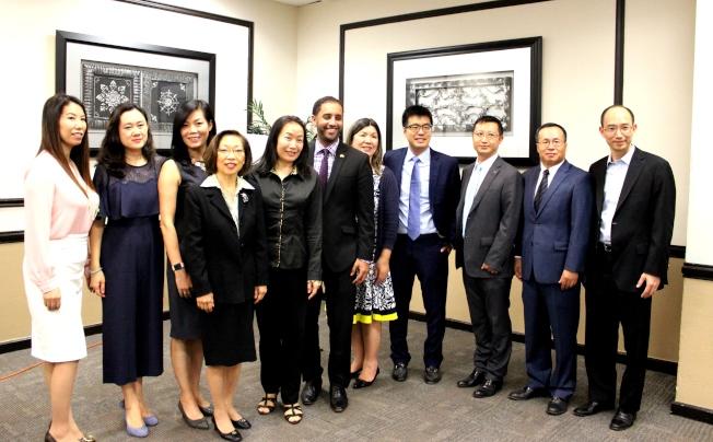 亞裔商會前董事會主席趙紫鋆(右二)、富國銀行的代表Gloria Liu(左四)和陳宇雯(左三)以及組委會成員合影。(記者盧淑君/攝影)