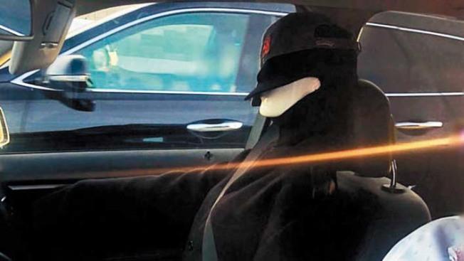 灣區一名駕駛在車內放置了一個假人,當場接到巡警開出的400元罰單。(公路巡警提供)