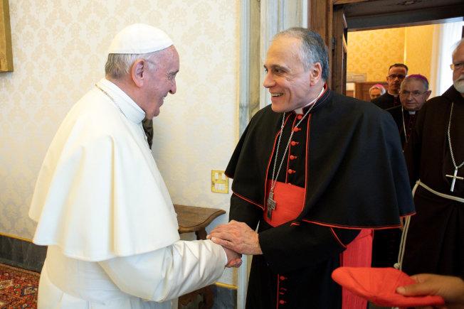 教宗方濟各(左)13日在梵蒂岡接見前來出席會議的美國天主教主教會議主席狄納多樞機主教(左),討論層出不窮的教會神職人員涉及性醜聞事件。(Getty Images)
