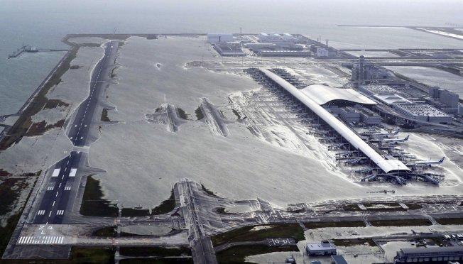 颱風燕子侵襲日本導致關西機場跑道大淹水。(美聯社)