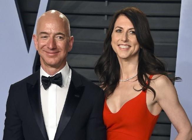 貝佐斯與妻子。(美聯社)