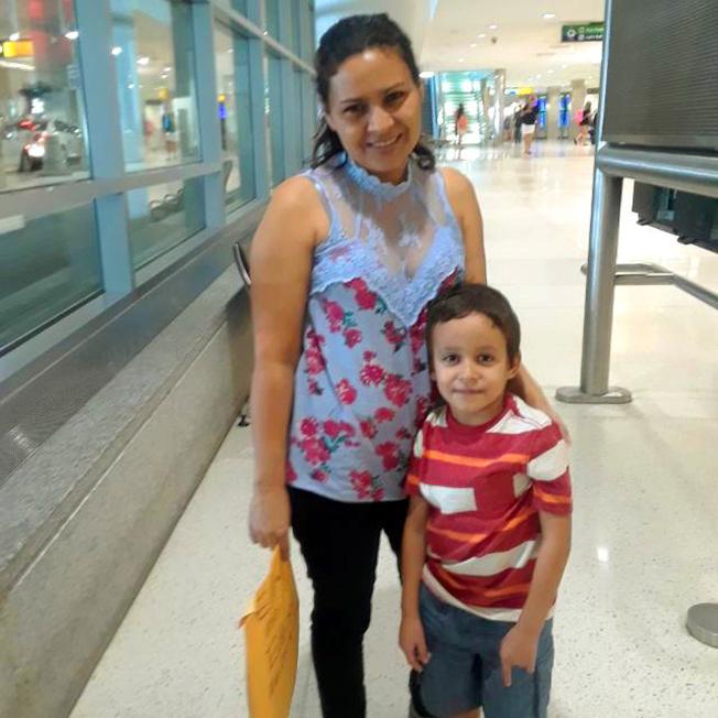 今年6月被聯邦移民局拆散的中美洲宏都拉斯的40歲母親與6月兒子團聚,在律師協助下計劃控告美國政府。川普政府新規被拆散的非法移民家長,可獲二次庇護面試。(美聯社)