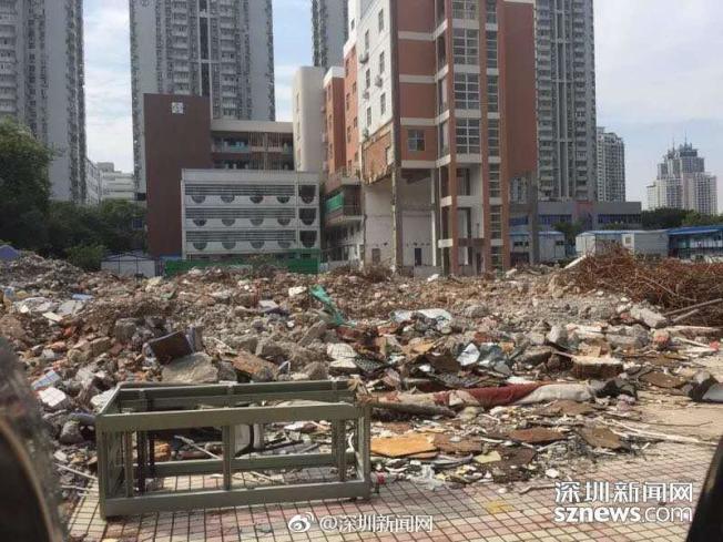 景蓮小學教學樓修建接近尾聲,但建築垃圾仍未清理乾淨。(取材自微博)