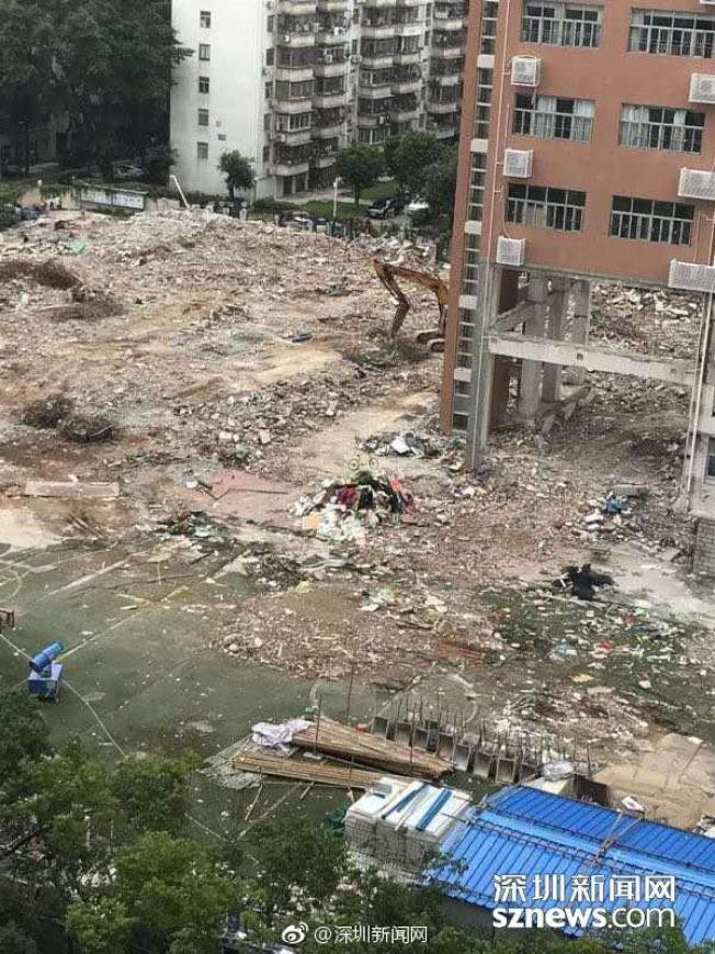 景蓮小學教學樓修建,下面只有幾根柱子,教學樓懸空。(取材自微博)