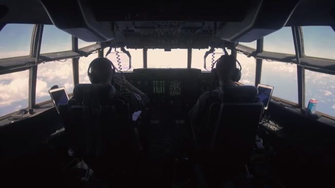 颶風獵人每天凌晨駕駛WC-130運輸機出勤,機上配有先進的感測儀器,可以接收氣象衛星資訊,構建颶風模型。Youtube/Wall Street Journal