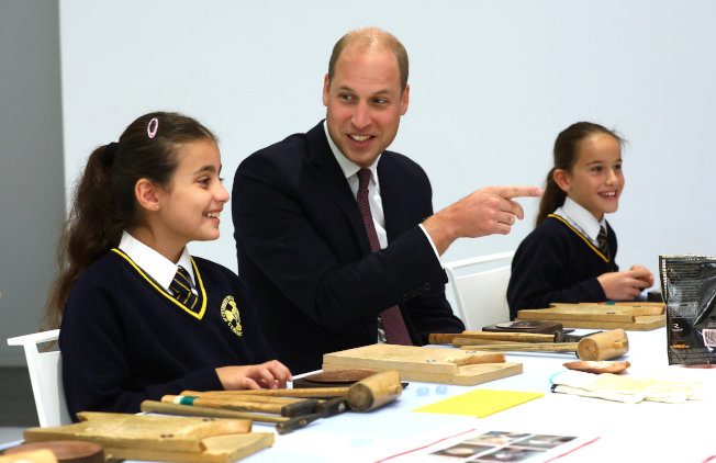 英國威廉王子13日出席倫敦日本屋文化中心開幕活動,與在場學生聊天談論如何使用筷子時,竟脫口「你們常吃中國食物嗎?」讓現場一度尷尬。 路透