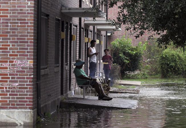 佛羅倫斯颶風引發的洪水,造成美國北州數百位民眾住宅四周遭淹沒而孤立無援,當地救難人員今天緊急展開救援行動。圖為北卡新伯恩居民家門口淹水。美聯社