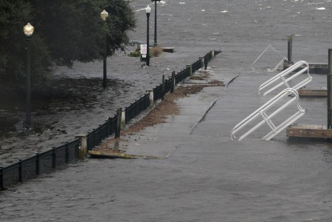 佛羅倫斯颶風引發的洪水,造成美國北州數百位民眾住宅四周遭淹沒而孤立無援,當地救難人員今天緊急展開救援行動。圖為北卡新伯恩一處停車場淹水。美聯社