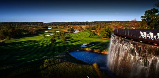 川普總統周末常去自家企業「川普國家高爾夫球場」揮桿,這座高球場座落於勞登郡史特林。(川普國家高爾夫球場)