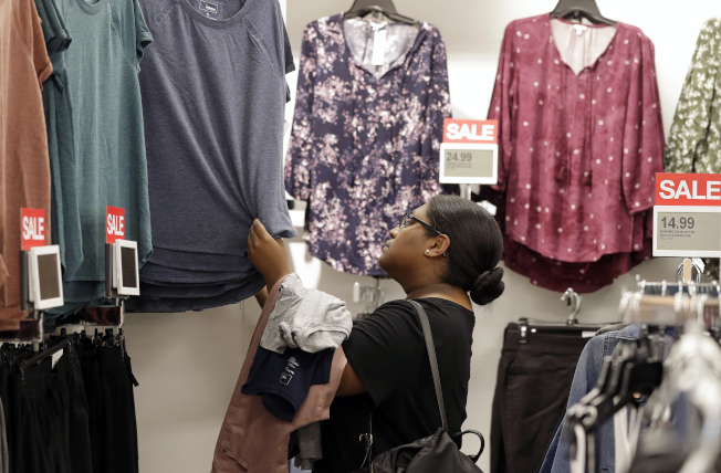 美國8月服飾銷售下滑1.7%,為去年2月以來最大跌幅。美聯社資料照