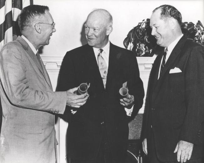 美國總統艾森豪在1958年簽署法案,宣告成立美國國家航空暨太空總署。(取材自NASA)
