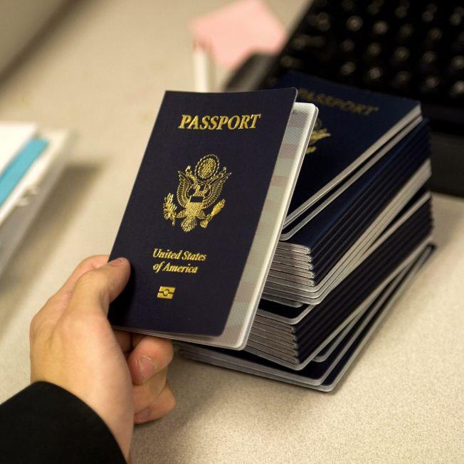 美國在全球護照指數排名第四檔,圖為嵌入電子晶片的美國護照。(Getty Images)