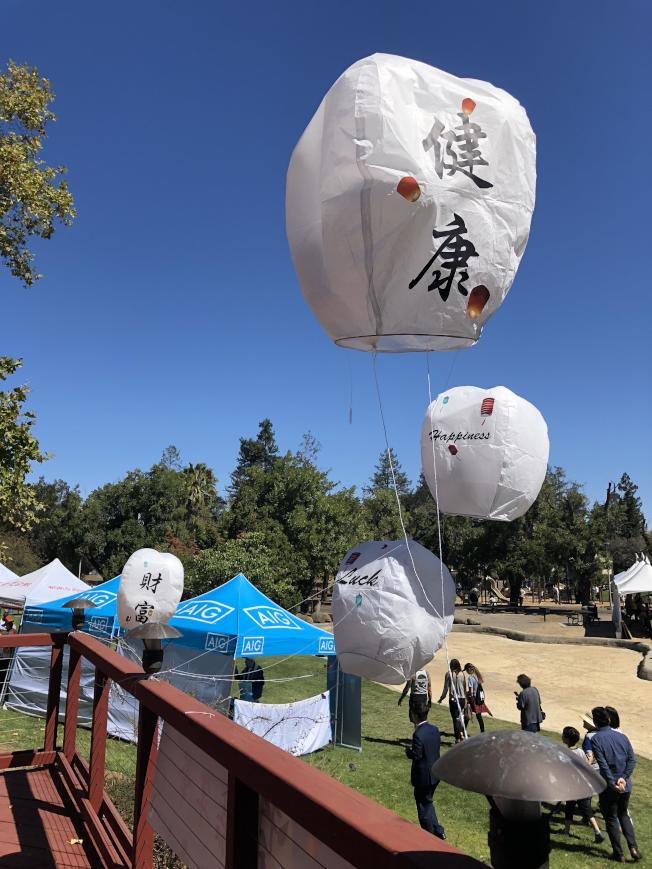 活動今年也特別設置許願天燈,邀請民眾在飛揚的天燈上寫下願望。(記者林亞歆/攝影)