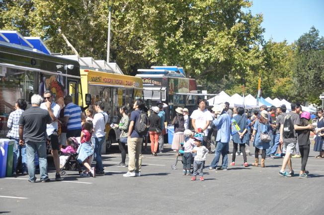 美食餐車區有印度、韓國、墨西哥等各國美食,午餐時間許多民眾排隊嚐鮮。(記者林亞歆/攝影)