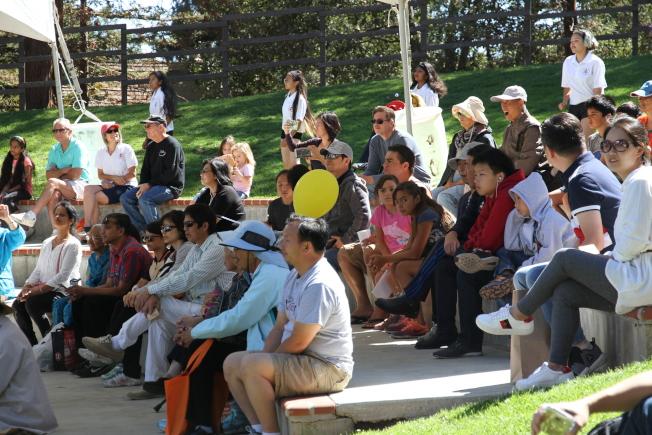 主舞台區不斷有表演,吸引民眾觀看。(記者李榮/攝影)