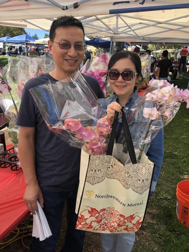 綠化環保區的蘭花攤位頗受歡迎,民眾在場選購蘭花。(記者林亞歆/攝影)