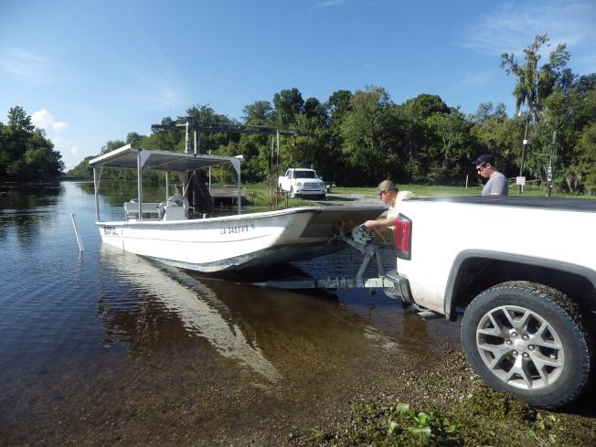 獵友整裝待發,導獵嫻熟地滑船入湖。