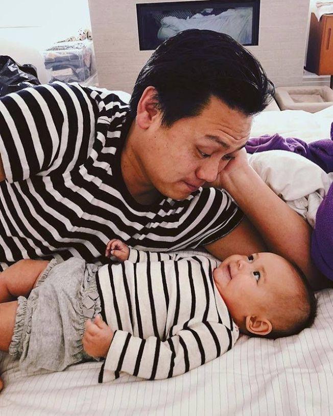 電影「瘋狂亞洲富豪」導演朱浩偉的女兒,在去年全片拍攝結束後不久就呱呱落地。(取材自朱浩偉臉書)