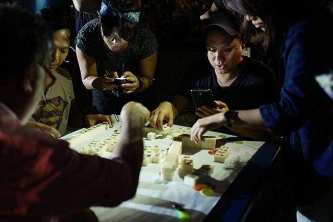 電影「瘋狂亞洲富豪」導演朱浩偉在拍攝現場排練麻將細節。(取材自朱浩偉臉書)