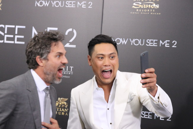 電影「瘋狂亞洲富豪」導演朱浩偉2016年6月與「出神入化2」(Now You See Me 2)演員馬克魯法洛(左)在首映會前大玩自拍。(本報資料照片)