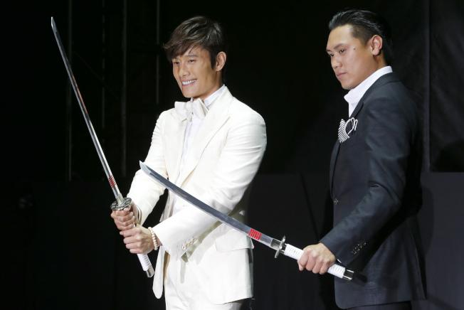 電影「瘋狂亞洲富豪」導演朱浩偉(右)2013年5月和參與「特種部隊2:正面對決」演出的南韓明星李秉憲出席宣傳活動。(美聯社)