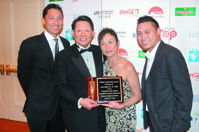 電影「瘋狂亞洲富豪」導演朱浩偉(右一)受惠父母的開明教育方式,圖為2010年1月朱浩偉全家出席父親朱鎮中(左二)的獲獎典禮。(本報資料照片)