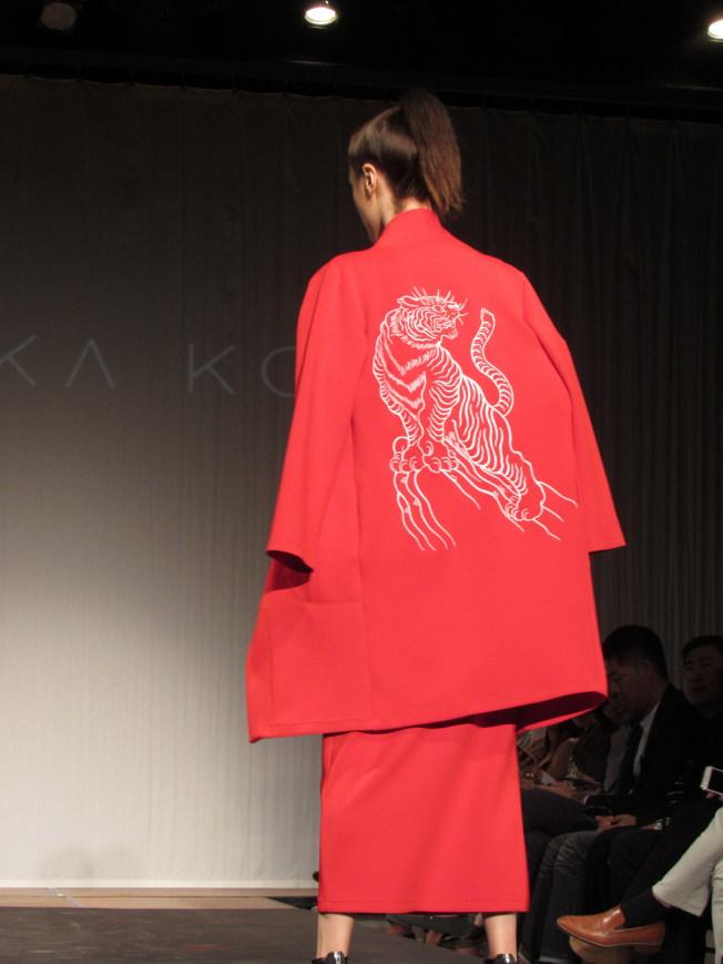 柯詩群與台灣刺青師合作,將老虎刺繡圖騰繡在時裝上,展現東方文化。