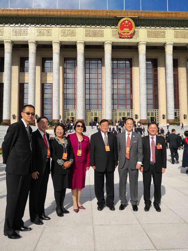 戴錡(右三)等人參加第10次全國歸僑僑眷代表大會,會中也確認續任僑聯海外委員。(戴錡提供)