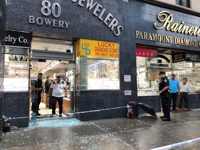 華埠珠寶店店門被搶匪開槍擊碎,玻璃碎片灑落一地。(記者金春香/攝影)