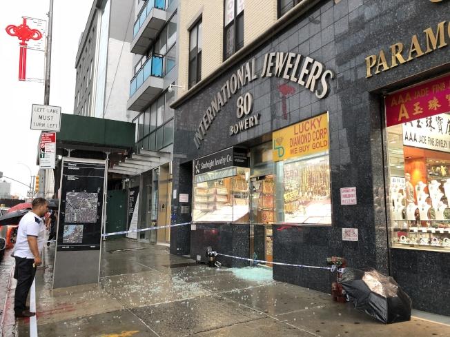警方封鎖被搶的珠寶店現場進行調查。(記者金春香/攝影)