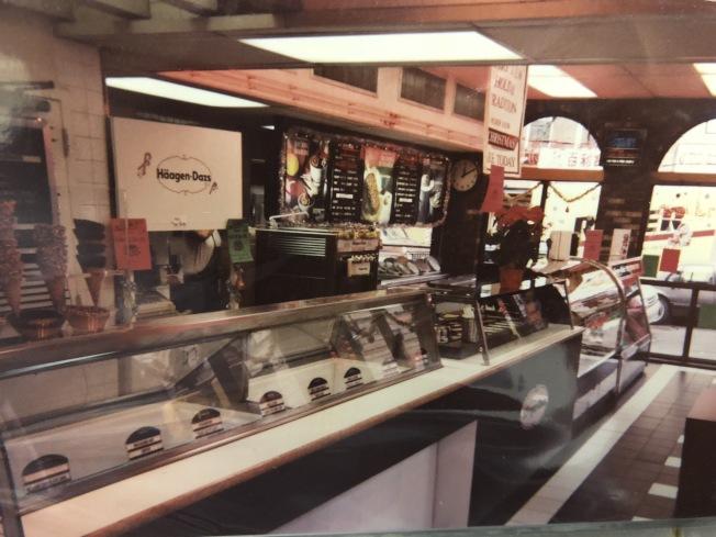 該店經營至今,中途雖變換經營者,但由前任業者留下的老照片顯示,店內外裝飾一直保留歷史風貌。(劉鋒焰提供)