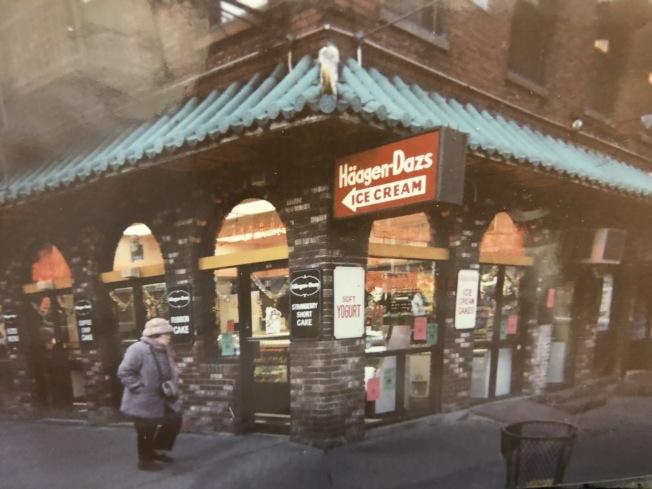 該店經營至今,中途雖變換經營者,但從前任業者留下的老照片顯示,店內外裝飾一直保留歷史風貌。(劉鋒焰提供)