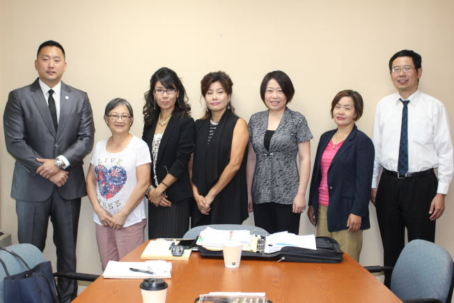 哈維華裔家長聯合會聯手韓裔美國人聯盟舉行地方選舉政見論壇,兩方主要代表合影,希望藉此機會增加亞裔投票率。(CAPA-HC提供)