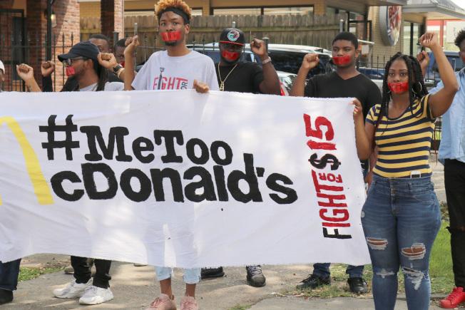 在紐奧良的麥當勞員工18日加入全美同行在數州罷工示威,抗議工作場所的性騷擾層出不窮。(美聯社)