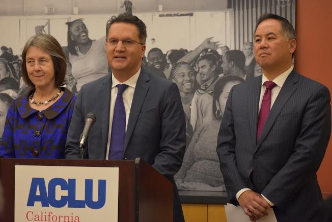 加州眾議員丁右立(右)與州參議員史肯納(中)促請州長簽署公開警局監視錄影帶法案。(記者李秀蘭╱攝影)