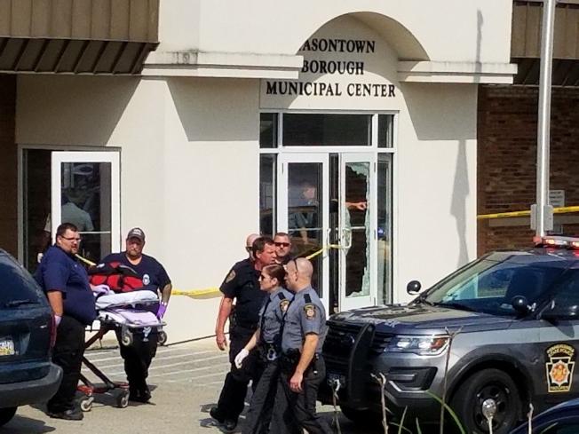 賓州梅遜鎮法庭外19日發生槍擊案,造成一人死亡,另外至少四人受傷,疑與家庭暴力案有關。圖為警方與急救人員在法院外待命。(美聯社)