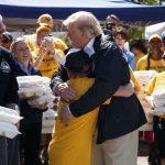 川普擁災民遞食物  關切諾曼湖災情 …那有川普高球俱樂部