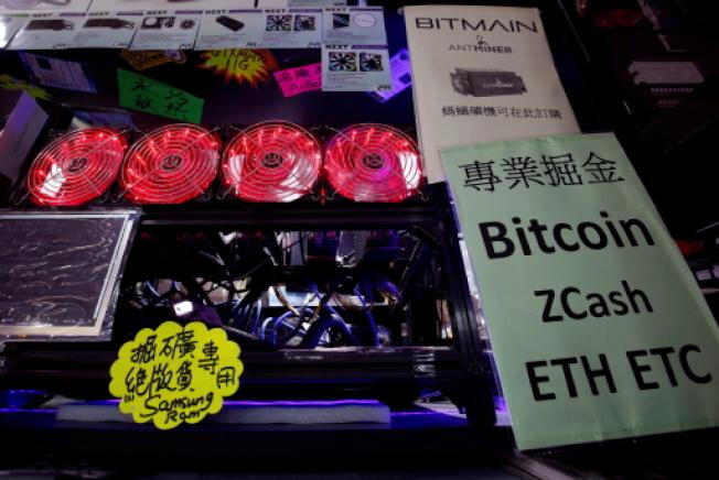 研究人員19日說,過去一年非法的數位貨幣挖礦作業暴增459%,而這有部分是因為美國國家安全局一種軟體工具洩露所致。圖為在香港商場展示的加密貨幣挖礦電腦。(路透)