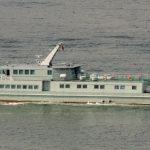 被「山竹」吹上岸…解放軍交通船 擱淺香港交椅洲石灘