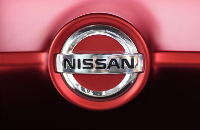 由於有火災風險,日產汽車(Nissan)20日宣布全球召回近24萬輛轎車和多功能車,並建議車主在某些罕見情況下,把汽車停在戶外。美聯社報導,被召回的車輛大多數在美國、加拿大和墨西哥。 日產說,防鎖煞車泵的液體有可能洩漏到電路板上,造成電氣短路和增加火災風險。駕駛人在開動引擎後,若看見防鎖煞車警告燈亮起超過10秒,就不要使用這輛車,把它停在戶外,遠離其他車輛和房屋。 此次召回涵蓋2015至2017年份Murano、2016和2017年份Maxima、2017至2018年份Pathfinder,以及2017年份Infiniti QX60車型。(圖:美聯社,文:編譯馬永慶)